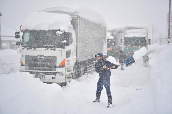 トラックドライバーらが自ら雪かきをする姿も多く見られました=2月7日午前10時44分、福井県坂井市、加藤諒撮影