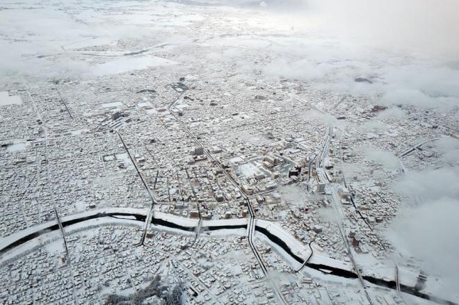 大雪で白く染まった福井市中心部=2月7日午後4時54分、福井県福井市、本社ヘリから、矢木隆晴撮影