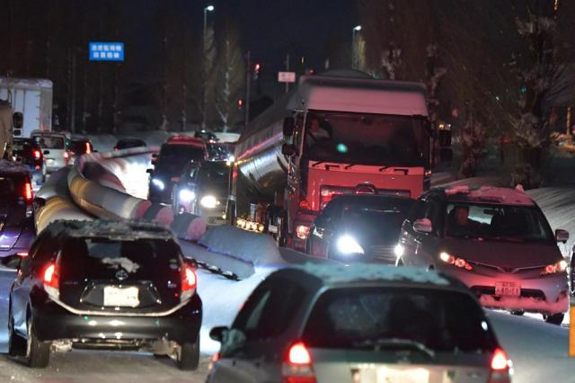 国道8号の車列の中には、大型トラックも見受けられた=2月6日午後6時12分、福井市、加藤諒撮影
