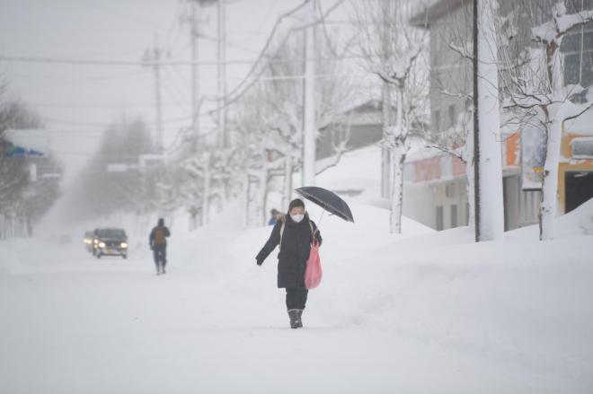 吹き上げた雪であたり一面真っ白となっていました=2月7日午前9時15分、福井県あわら市、加藤諒撮影
