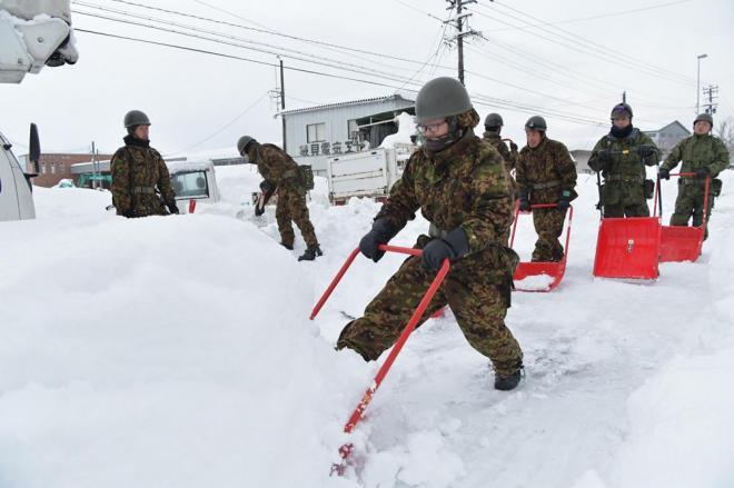 国道8号の立ち往生現場。自衛隊による除雪が行われ、少しずつ車が動き出していました=2月7日午後5時15分、福井県あわら市、加藤諒撮影
