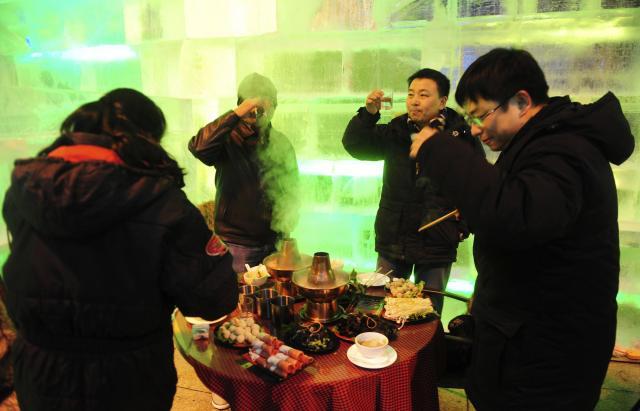 氷のレストランで火鍋を楽しむ中国の人々=2012年1月、ハルビン、中国