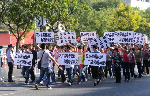 尖閣列島国有化直後の2012年9月17日、北京の日本大使館前で行われた反日デモ=林望撮影
