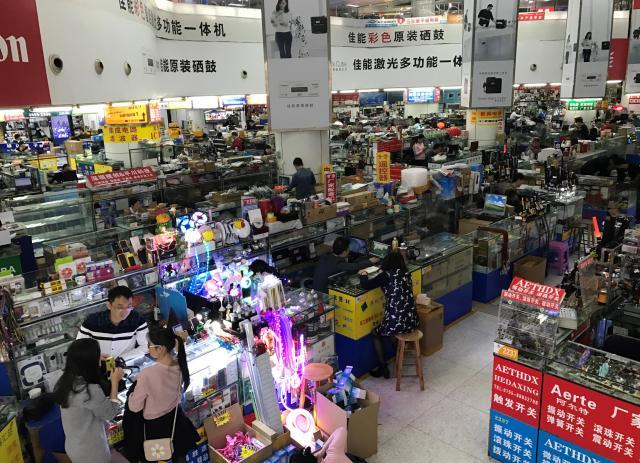 電子部品取扱店がひしめく、中国・深圳の華強北地区。電子製品を売る街としての規模は「東京・秋葉原の数倍に達する」といわれる=深圳市内、2017年3月、斎藤徳彦撮影