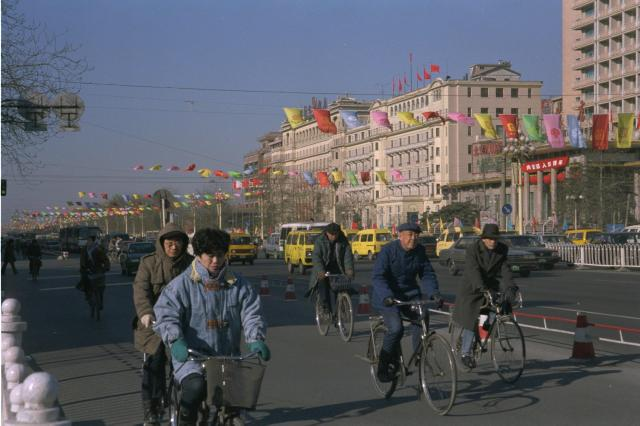 春節(旧正月)を控え、旗で飾られた北京市の中心部=1995年1月28日、五十川倫義撮影