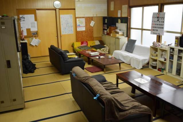 社屋にある畳敷きの休憩室。大きなソファーがいくつも備えられている