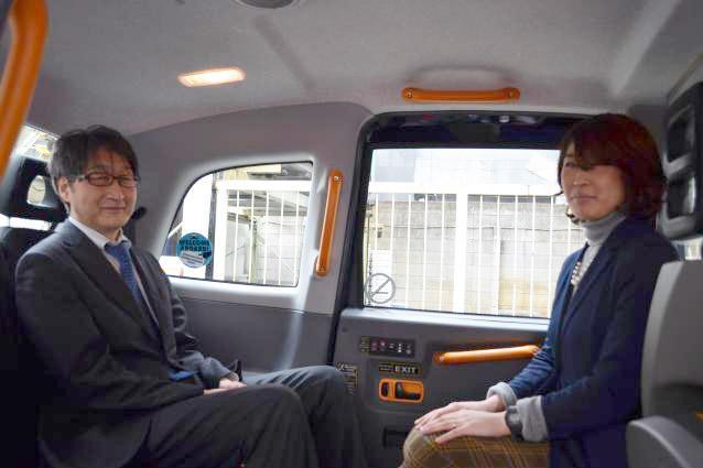 内部はこんな感じ。左側、進行方向向きに入社希望者が座り、向かい会わせで面接官が座る