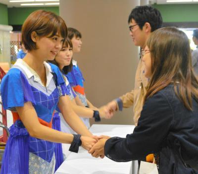 握手会でファンと接するアイドルグループ「Negicco」のメンバーたち=2015年9月26日、新潟県長岡市