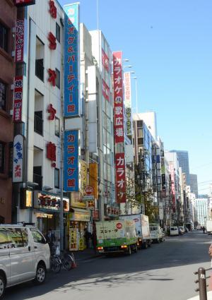 JR神田駅前にはカラオケボックスが立ち並ぶ