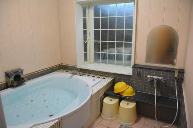 一本桜温泉センターの家族湯。一見普通のお風呂のよう=鹿児島市