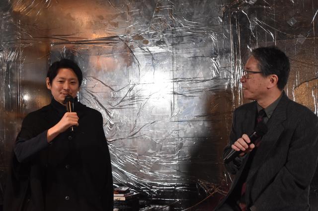 歌舞伎町が舞台の作品について語り合う阿川大樹さん(右)と、手塚マキさん