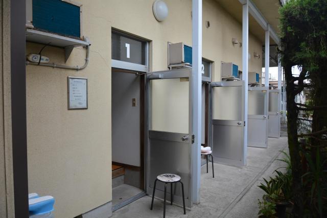 清姫温泉の家族湯の入り口。アパートのように家族湯の入り口が並ぶ=鹿児島県霧島市