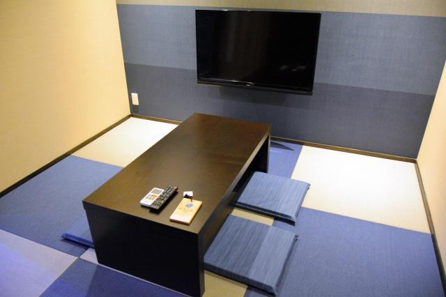 日本湯小屋物語の家族湯にあるテレビも見られるスペース=霧島市