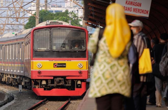 JR東日本で活躍した205系電車が到着するのを待つ乗客ら=2014年10月、ジャカルタ・コタ駅