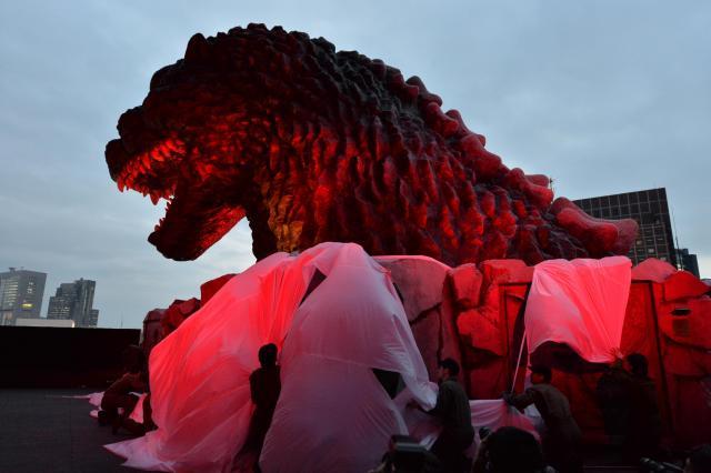 新宿東宝ビルで序幕された「実物大」ゴジラの頭部=2015年4月9日