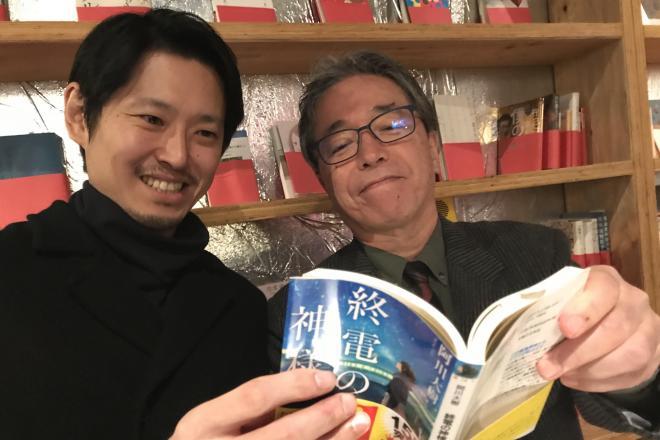 歌舞伎町を舞台にした小説を書いてきた阿川大樹さん(右)と、歌舞伎町に本屋を作った読書家のホストクラブ経営者、手塚マキさん(左)