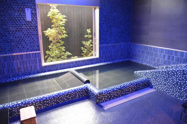 日本湯小屋物語の家族湯。「浦島太郎の湯」には滑り台(右)もある=鹿児島県霧島市
