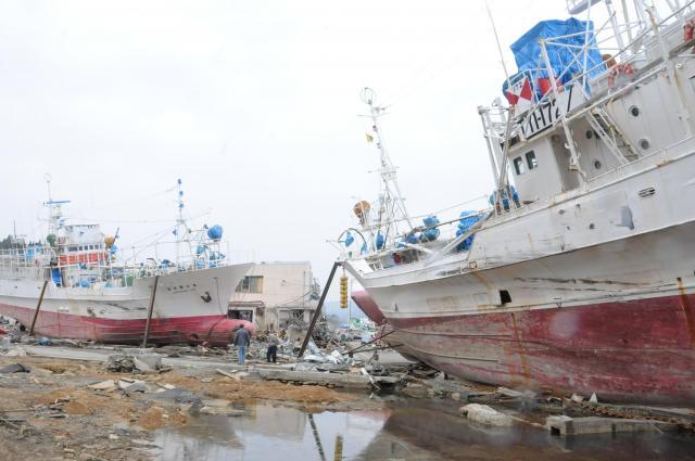 2011年4月30日、故郷・気仙沼に戻り、高校時代の通学路を歩くと、漁船が打ち上げられていた