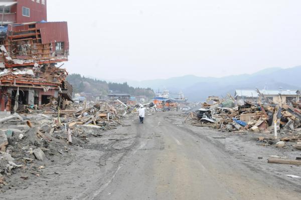 【4】2011年4月30日、中居さんが高校の通学路を歩いて撮影した写真=気仙沼市鹿折