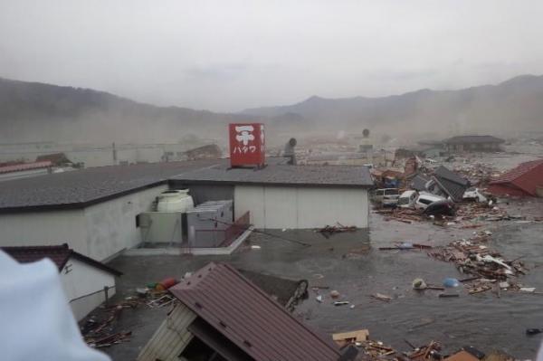 【3】2011年3月11日、東日本大震災直後、気仙沼の内湾に面した会社の屋上に避難した母が撮影した津波の写真=気仙沼市浜町付近