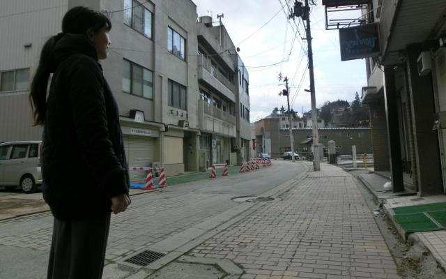 中居さんが子どものころにぎやかだったという商店街を歩いてみた=2018年2月14日、宮城県気仙沼市