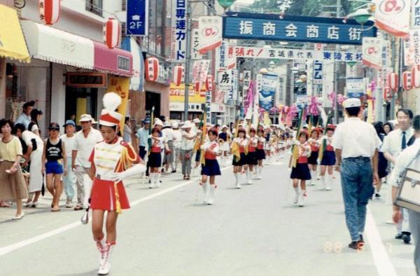 【1】幼少期の気仙沼。1988年8月7日、地元の商店街付近での「みなとまつり」の風景=気仙沼市八日町付近