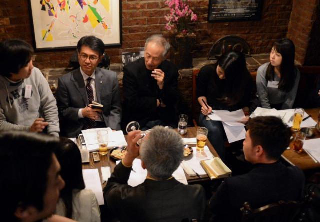 ハードボイルド小説初体験という参加者の感想に、原さんは興味深く耳を傾けていました