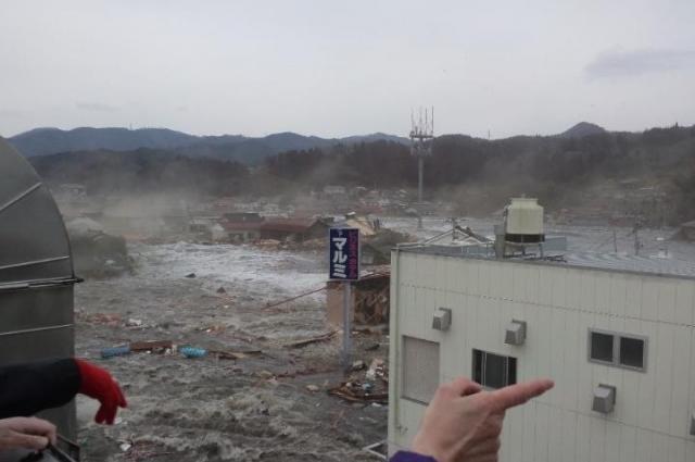 2011年3月11日、会社の屋上に避難した母親から携帯電話のメールで送られてきた津波の写真