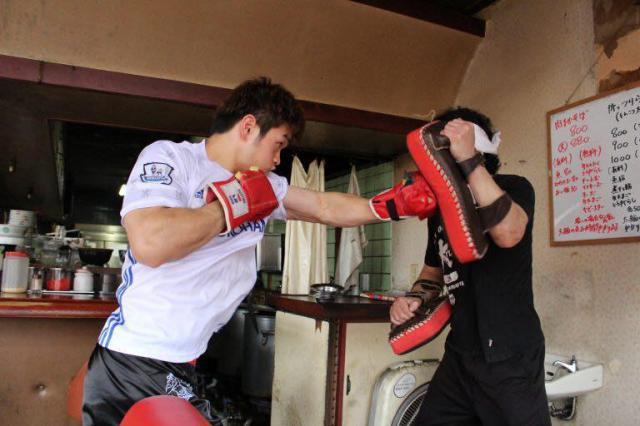 ラーメン店で関根悟史さん(右)と特訓する金子選手。怪我でボクシングを断念した関根さんは「大輝に自分の分までがんばってほしい」と言っていたという