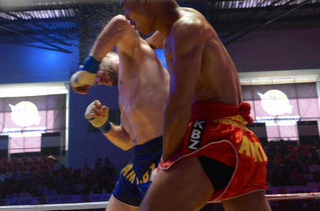ラウェイは頭突きも肘鉄もあり。試合中は何度も鈍い音が会場に響く=2017年12月、ヤンゴン市内