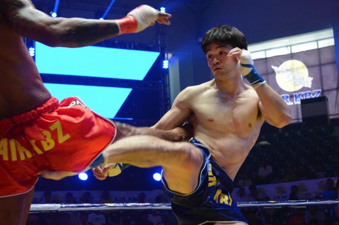 ミャンマー伝統の格闘技「ラウェイ」のタイトルマッチに挑む金子大輝選手=2017年12月、ヤンゴン市内