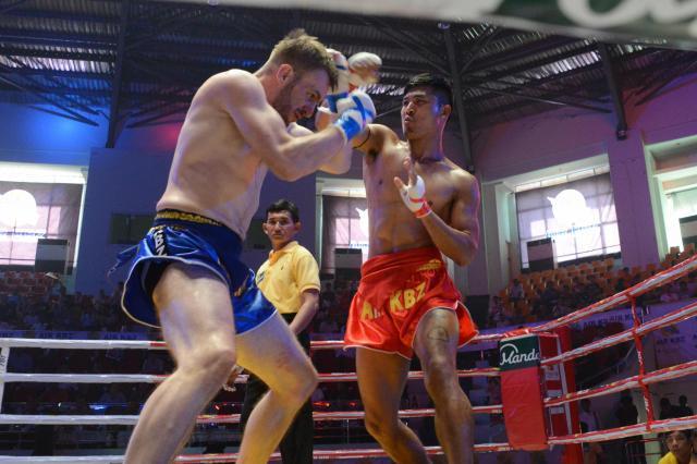 グローブをつけずに殴りあうラウェイ。もともとはミャンマー人のみだったが、最近は欧米からの参加者もあるという=2017年12月、ヤンゴン市内