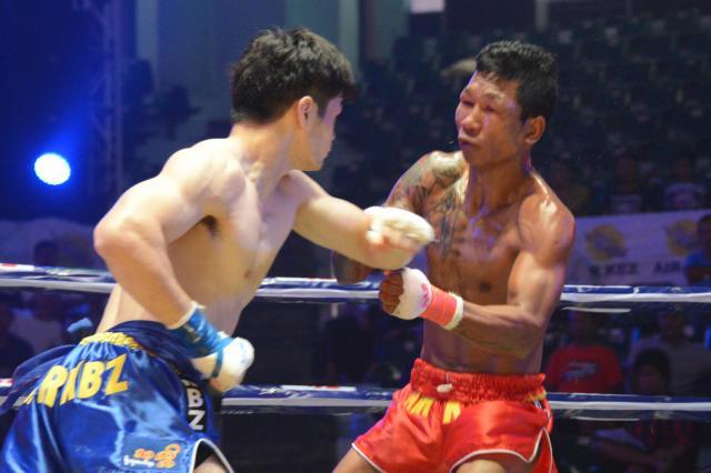 1ラウンド開始30秒、金子選手の左フックが王者の顔面をとらえた=2017年12月、ヤンゴン市内