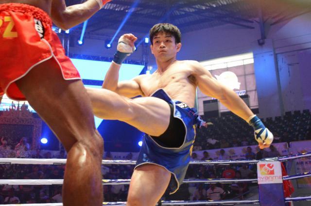 キックボクシングや総合格闘技などを経てラウェイに行き着いた金子選手。「体操も含め、すべての経験が今に生きていると思う」と話した=2017年12月、ヤンゴン市内