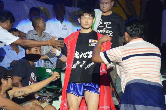 タイトルマッチで入場する金子選手。地元のファンも多い=2017年12月、ヤンゴン市内