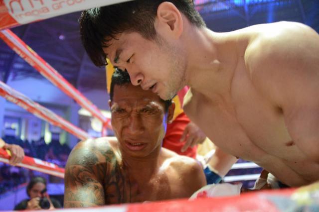 試合後、すぐに対戦相手に駆け寄った金子選手。「相手を尊ぶこと。それがラウェイを通じて学んだ一番大切なことだ」=2017年12月、ヤンゴン市内