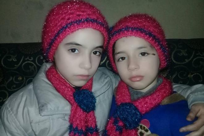 アサド政権軍の激しい攻撃を受けている東グータ地区から発信を続けるヌールちゃん(左)とアラちゃんの姉妹