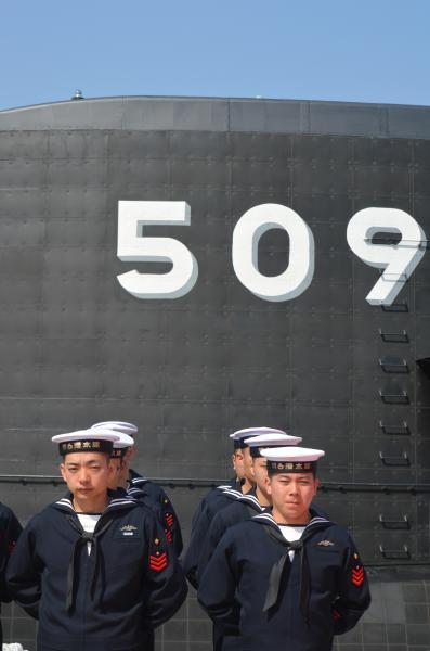 海上自衛隊の最新鋭潜水艦「せいりゅう」が配備される第6潜水隊(神奈川県横須賀市)の帽子で出港の式典に臨む乗組員。509はせいりゅうの艦番号=3月12日、神戸市兵庫区の三菱重工神戸造船所