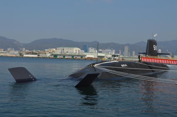 「せいりゅう」の特徴は艦尾の「X舵」で、より柔軟に方向転換ができる。海自への引き渡し前なので、奥の艦橋では三菱重工の旗を掲げる=3月12日、神戸市兵庫区の三菱重工神戸造船所