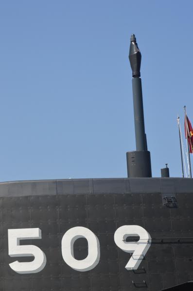艦橋から3mほど突き出た潜望鏡。「せいりゅう」では、艦内まで貫かれたものを一人で覗くのでなく、先端のカメラの画像をモニターで他の乗組員も見られる=3月12日、神戸市兵庫区の三菱重工神戸造船所