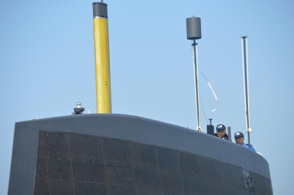 艦橋から突き出た旗竿2本と、マストと呼ばれる黄色いアンテナ。潜航中は通信できないため、浮上した時にアンテナを伸ばして司令部などとやり取りする=3月12日、神戸市兵庫区の三菱重工神戸造船所