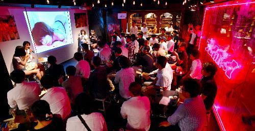 「週プレ酒場」。グラビアアイドルによる撮影のこぼれ話で盛り上がる店内=東京・歌舞伎町、恵原弘太郎撮影