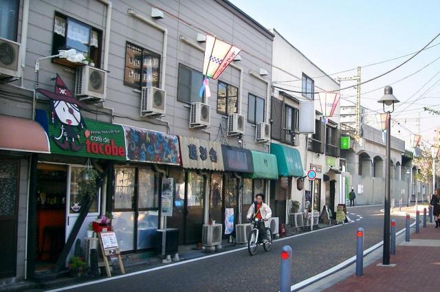 黄金町の特殊飲食店跡。今はカフェやバーが入り、遊歩道も整備されている