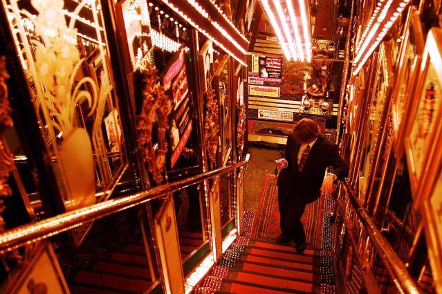 歌舞伎町のホストクラブ。目がくらむような入り口