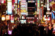 街の玄関口ともいえる「歌舞伎町一番街」。店の盛衰はめまぐるしい=新宿区歌舞伎町1丁目