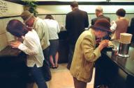 男性客に交じって女性客が目立つ立ち食いそば店=東京・新宿、2000年5月