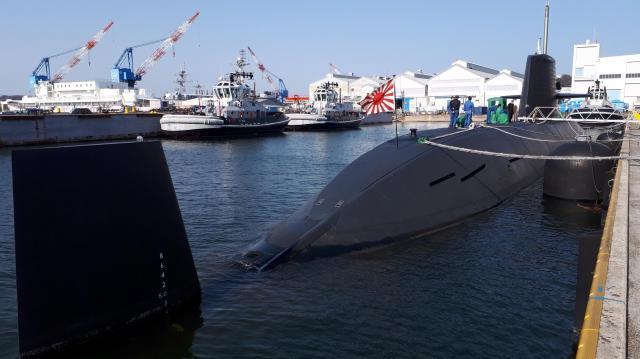 米軍横須賀基地内にある海上自衛隊第二潜水隊群第2潜水隊に属する「おやしお型」の潜水艦「うずしお」。全長81.7m、最大幅8.9m。艦尾の舵が最新鋭の「そうりゅう型」のX字と違い十文字で、無反響タイルが覆うのは艦橋だけだ=3月14日、神奈川県横須賀市