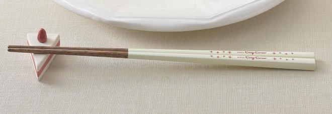 箸は、天然木を若狭塗りで仕上げたもので、色はケーキのクリームをイメージしたオフホワイト。先端が細くて四角いので、ケーキを切りやすく、小さなものもつまみやすくなっています