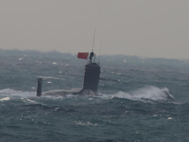 今年1月12日、尖閣諸島北西の東シナ海の公海で、浮上したまま中国国旗を掲げて進む潜水艦。海上自衛隊の護衛艦2隻が確認し、小野寺五典防衛相は15日に中国の「商級」原子力潜水艦だと発表した。この潜水艦は11日に尖閣諸島周辺の日本の接続水域を潜航していた。