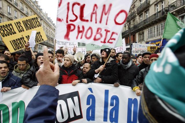イスラモフォビアに反対するムスリムの人たち=2006年2月、パリ、フランス